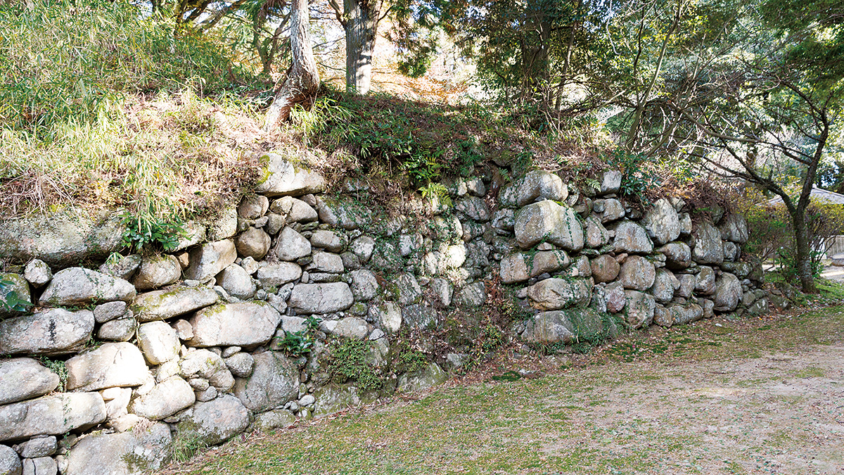 Medieval Castles in Iga and Castle Ruins of the hard-fought Tensho Iga War